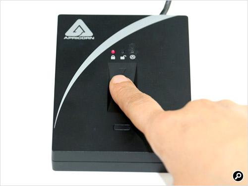 15秒以内にセンサー下部の「Enroll」ボタンを押す