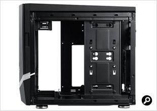 Colossus microATXの側面パネルを開けたところ