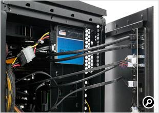 スイッチや端子類は右側の側面パネルにある