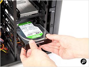 HDDは専用ねじで簡単に固定可能