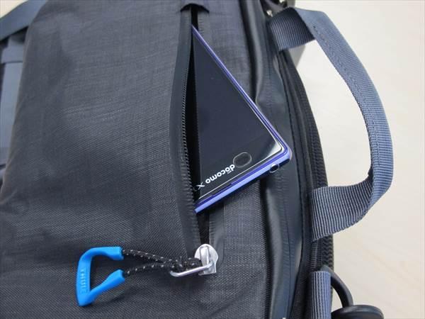 外側のポケットには、スマートフォンとか入れると便利