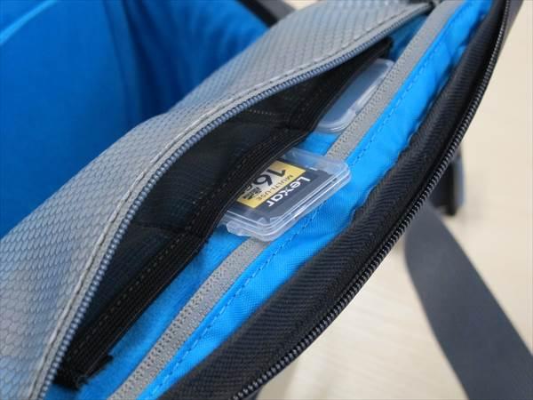 中側のポケットは、SDとかのメモリとかフィルタとかの小物が入れられる