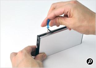 付属のミリねじで2.5インチのHDDもしくはSSDをZM-VE200に固定