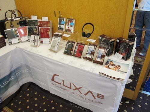 LUXA2ブランドのiPhoneやiPad向けケース、モバイルバッテリー、ヘッドフォンなどの周辺機器を展示