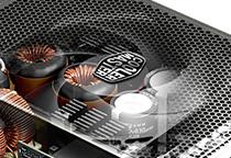 静音かつ効率的に排熱するセミファンレス仕様