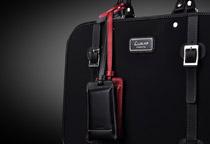 付属のストラップでバッグやポーチに取り付け可能