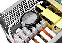 耐久性と安定性に優れた日本メーカー製コンデンサ採用