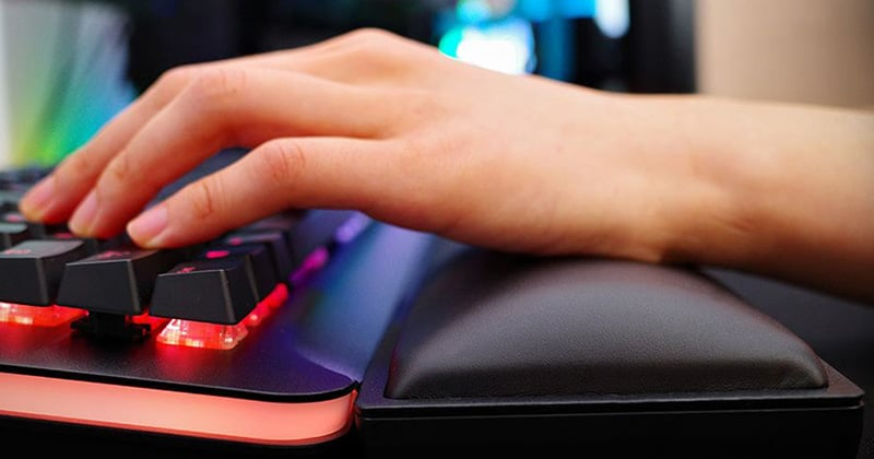 PUレザーとメモリーフォームにより手首を快適にサポート