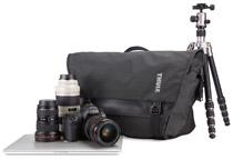 カメラ専用の収納部を備えるメッセンジャーバッグ